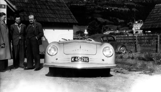 Ferry Porsche (Mitte), sein Vater Ferdinand Porsche (rechts) und Erwin Komenda (links) 1948 vor dem 356 Nr. 1 in Gmünd  (Foto: Porsche)