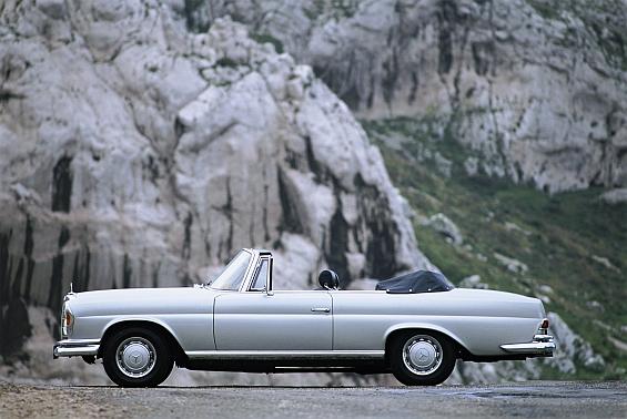 Das viersitzige Cabriolet der Modellreihe W 111/112 produzierte Mercedes-Benz von 1961 bis 1971. Hier im Bild ein 220 SEB ohne Chromleisten und mit den serienmäßigen Radkappen. (Foto: Daimler)