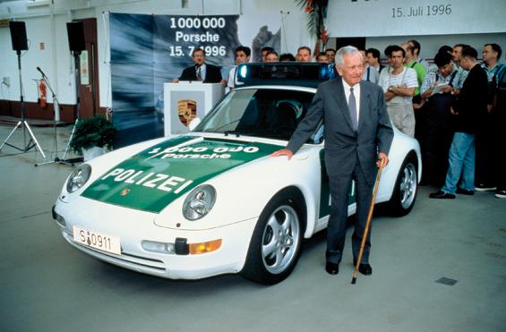 1996: Ferry Porsche vor dem 1.000.000. Porsche-Sportwagen, einem Porsche 911 der Baureihe 993 (Foto: Porsche)