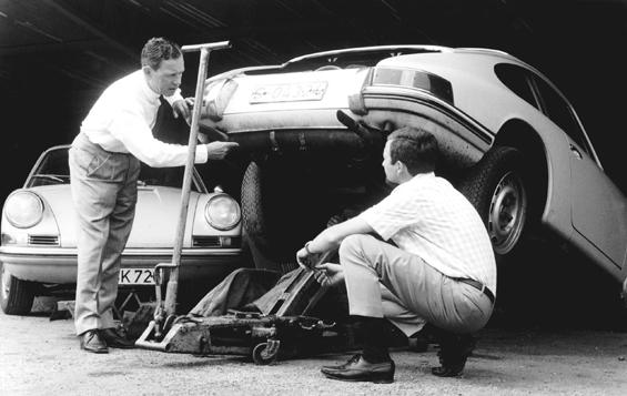 Ferry Porsche und Sohn Ferdinand Alexander am Porsche 911 (Foto: Porsche)