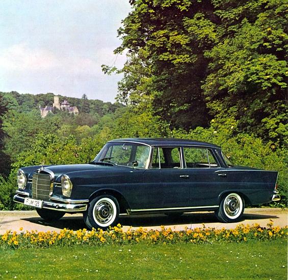 """""""Heckflossen-Mercedes"""" Typ 220 SEb, 1959-64 (Rückspiegel auf dem Vorderkotflügel). (Foto: Daimler)"""