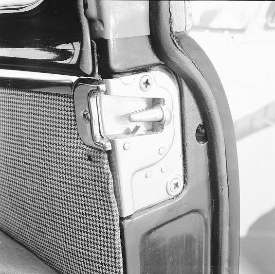 Das Keilzapfentürschloß mit zwei Sicherheitsrasten, sereinmäßig erstmals 1959 im Mercedes-Benz 220 (Baureihe W 111), dem weltweit ersten Personenwagen mit ganzheitlicher Sicherheitskarosserie. (Foto: Daimler)