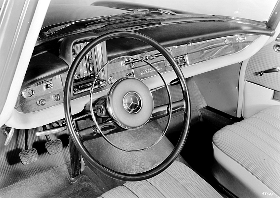 Lenkrad im Mercedes-Benz Typ 220 Sb der Baureihe 111. (Foto: Daimler)