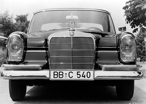 Mercedes-Benz Typ 300 SE der Baureihe W 112 in der Frontansicht (Foto: Daimler)