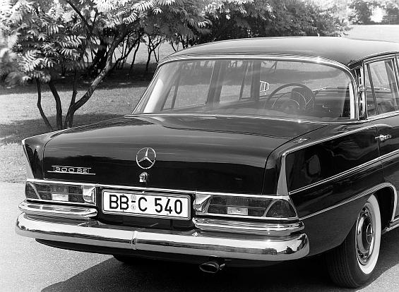 Mercedes-Benz Typ 300 SE der Baureihe W 112 mit Chromleisten auf den Heckflossen (Foto: Daimler)