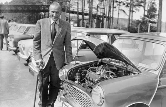 Alec Issigonis mit einem Austin Seven bei der Pressevorstellung des Minis. (Foto: BMW Group)