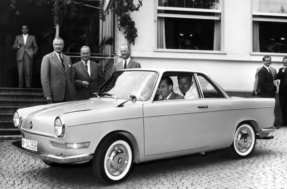 Der BMW Vorstand bei der Präsenatation des BMW 700 Coupé 1959 in Feldafing (Foto: BMW)