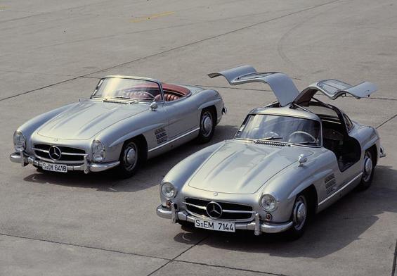 Von links: Mercedes-Benz 300 SL Roadster, Baureihe W 198 II, 1957-1963 Mercedes-Benz 300 SL Coupé (Flügeltürer), Baureihe W 198 I, 1954-1957 (Foto: Daimler)