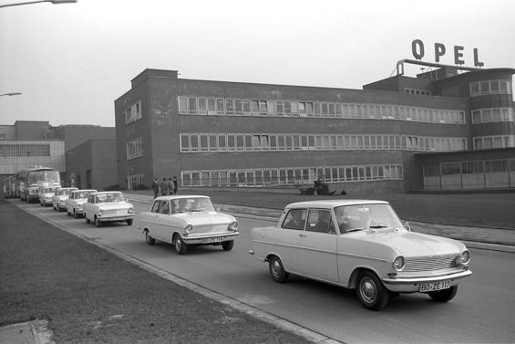 Schichtwechsel im Opel Werk Bochum - man fährt Kadett A (Foto: Opel)