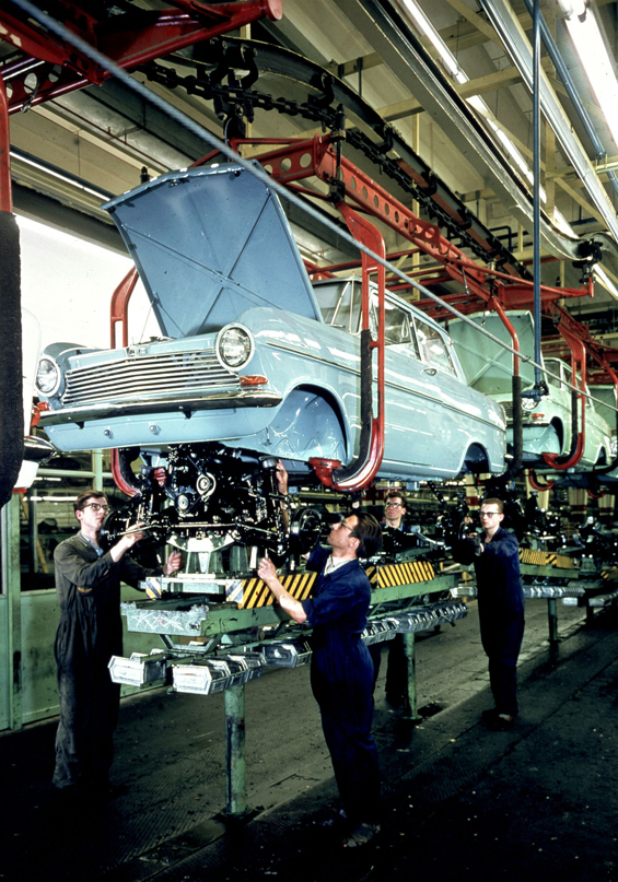 Hochzeit: Die Karosserie wird auf das Fahrwerk aufgesetzt (Foto: Opel)