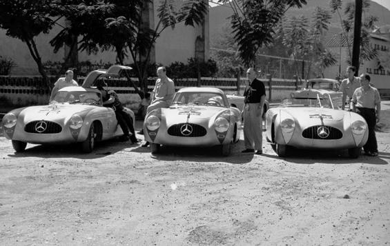 Die Rennmannschaft der Carrera Panamericana Mexico 1952 (von links): Hermann Lang, Erwin Grupp, Hans Klenk und Karl Klink am Mercedes-Benz 300 SL Coupé (W 194) und John Fitch und Eugen Geiger am 300 SL Roadster (W 194). (Foto: Daimler)