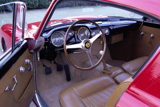 Ferrari 250 GT Boano Coupé von 1956 Cockpit: klassisch mit Rundinstrumenten. Foto: Rainer Schlegelmilch
