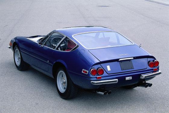 Ferrari 365 GTB/4 Daytona Coupé von 1971: Unerwarteter Erfolg. 12 Zylinder, 4390 ccm Hubraum, 350 PS Leistung. Gebaut von 1968 bis 1973 in fast 1300 Exemplaren gehört der 365 GTB/4 zu den erfolgreichsten Serien-Modellen aus dem Hause Ferrari überhaupt. Die Zusatz-Bezeichnung Daytona wurde von Ferrari nie offiziell verwendet. Als das Modell 1968 auf dem Paris Autosalon zum ersten Mal gezeigt wurde, hieß es unter den Journalisten auf einmal Daytona, wohl in Erinnerung an den Dreifach-Sieg von Ferrari 1967 beim 24-Stunden-Rennen in Daytona Beach. Das Auto hatte noch die traditionelle Anordnung: Frontmotor mit Hinterradantrieb und wog fast 1500 kg. Deshalb hatten Experten nicht mit einem Erfolg am Markt gerechnet. (Foto: Rainer Schlegelmilch)