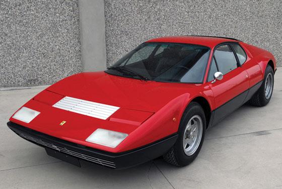 Ferrari 512 BB Pininfarina Coupé von 1976: Erinnerung an einen Rennsport-Typ. 12 Zylinder, 4942 ccm Hubraum, 360 PS Leistung. Die 512-Baureihe mit Mittelmotor stellte Ferrari 1976 auf dem Pariser Autosalon vor - quasi als Nachfolger des 365 GT/B, der ja noch einen Frontmotor gehabt hatte. Das Auto blieb bis 1984 im Programm. Die Bezeichnung 512 für einen Fünfliter-V12-Motor war neu. Nach der bis dahin bei Ferrari üblichen Typologie für Serienwagen hätte das Auto eigentlich 412 heißen müssen, denn vorher ergab der Einzelhubraum eines Zylinders in Kubikzentimetern die Typenbezeichnung. Davon wurde wohl in Erinnerung an die Rennsportwagen vom Typ 512 abgesehen, die sich Anfang der 1970er-Jahre einen guten Namen gemacht hatten… (Foto: Messe Essen)