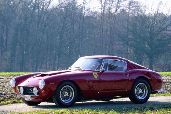"""Ferrari 250 GT SWB Berlinetta von 1960: Wohl das berühmteste Ferrari-Modell 12 Zylinder, 2953 ccm Hubraum, 260 PS Leistung. Es lässt sich trefflich streiten, doch für viele ist der 250 GT SWB der berühmteste Ferrari aller Zeiten. Der teuerste auf Auktionen ist er auf jeden Fall. So wurden top-restaurierte und/oder erhaltene Exemplare in den letzten Jahren mehrmals für über fünf Millionen Dollar versteigert. SWB steht für short-wheel-base = kurzer Radstand (im Vergleich zu den damaligen """"normalen"""" 250 GT-Modellen). Vom SWB gab es auch Renn-Versionen. (Foto: Rainer Schlegelmilch)"""