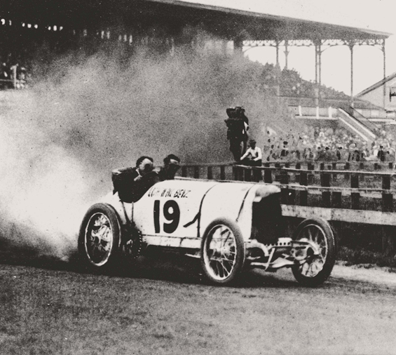 AERODYNAMIK: Barney Oldfield mit einem 200-PS Blitzen-Benz bei den Rekordfahrten in der Ormond-Daytona-Bucht in Florida/USA im März 1910. (Foto: Daimler)