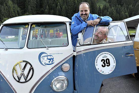 Horst Lichter und Johann Lafer am VW Bulli