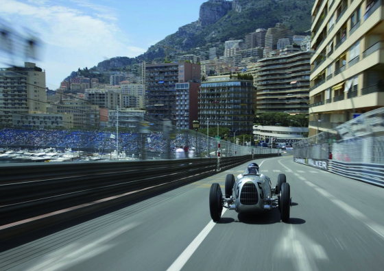 Formel 1 Legende steuert den Auto Union Typ C auf dem Stadtkurs (Foto: Audi)
