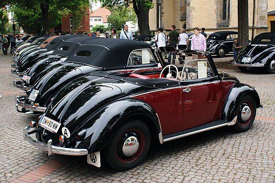 Ganze Straßenzüge präsentieren sich als Ausstellungsflächen - unter anderem für das rare Hebmüller Käfer Cabriolet (Foto: Volkswagen)