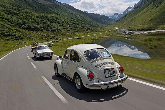 Kurvige Straßen in unverfälschter Natur sind wie gemacht für den von Theo Decker getunten Volkswagen Käfer 1302 mit 135 PS. (Foto: Volkswagen)