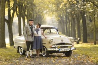 Opel RECORD, Baujahr 1955 mit Bewohnern des QualiVita Betreuten Wohnens, Am Herzberg, Peine (Foto: QualiVita AG/Christian Bierwagen)