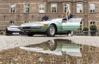 Michelle und Tristan präsentieren vor der Kulisse des Schlosshotels Hugenpoet in Essen einen Ferrari 365 GTB 4 Daytona aus dem Jahr 1970. Der Sportwagen aus Maranello ist Teil einer spektakulären Sondershow im Classic & Prestige Salon auf der 50. Motorshow. (Foto:Rainer Schimm/©MESSE ESSEN GmbH)